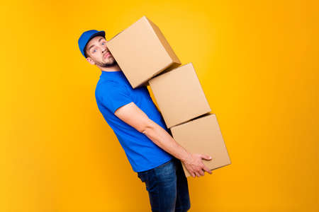 Handsome attractive tired bearded deliver on-time guy in blue un Banque d'images