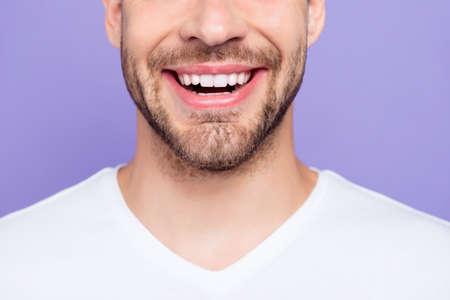 Close-up bijgesneden portret van aantrekkelijk, trendy, stijlvol, toothy Stockfoto