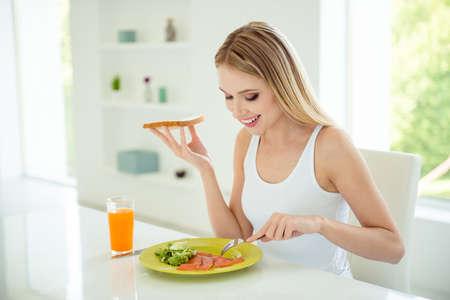 Concepto de comedor de filete de mariscos de pan de persona de pérdida de peso. Bastante sa