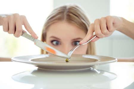 Ziek eet je kleine erwt Gewichtsverlies concept. Sluit omhoog fotoportr