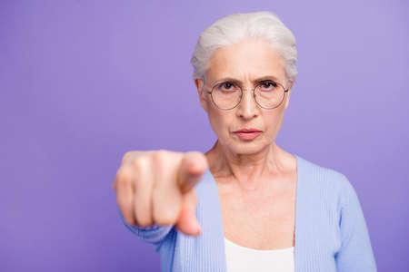 Retrato de hermosa anciana canosa enojada vistiendo casual,