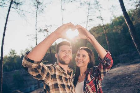 Nettes liebes entzückendes lateinamerikanisches Paar, bärtiger Ehemann und heterosexuell