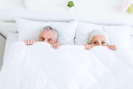 Vue de dessus à angle élevé surpris drôle couple cheveux gris gens en p