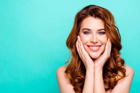 Werbekonzept. Porträt der jungen Frau mit großem zahnigem smi Standard-Bild