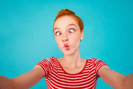 Zelfportret van gekke dwaze speelse mooie extatische vrolijke dame Stockfoto