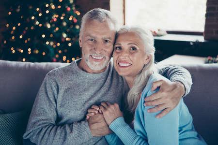 Profilseitenansicht Porträt eines netten charmanten schönen schönen Paares Standard-Bild