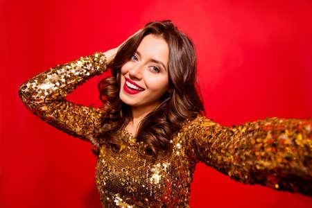 Stylische, trendige Dame mit moderner Wellenfrisur macht Selfie Standard-Bild