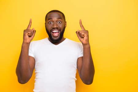 Knappe aantrekkelijke mannelijke vrolijke blije gekke mulat man