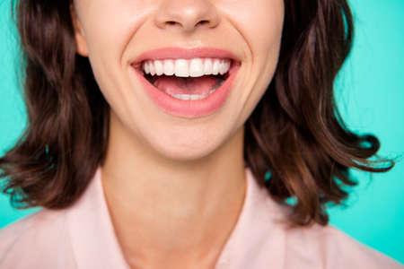 Concepto de salud. Primer plano recortada boca abierta limpia dientes blancos brillantes dama alegre aislada sobre fondo pastel turquesa verde