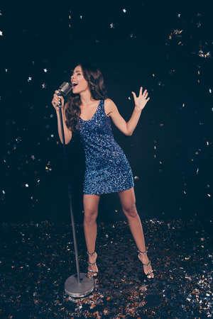 Karaoke contest. Vertical full length body size of diva star on 免版税图像