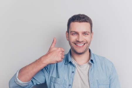 Close up portrait of attractive good-looking man show thumb up s Standard-Bild