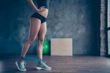 Concetto di stile di vita sano. Gambe lunghe tagliate di ragazza in forma Archivio Fotografico