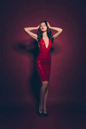 Señora bien arreglada vertical del tamaño del cuerpo de cuerpo entero en vestido rojo
