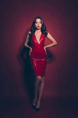 Bruna elegante verticale di dimensioni corporee a tutta lunghezza che indossa un abito rosso Archivio Fotografico