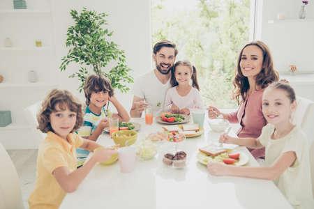 Große fröhliche Familie, sechs Mitglieder. Standard-Bild