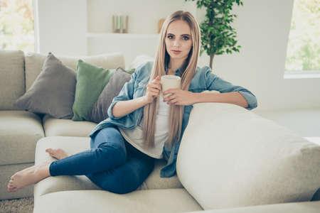 Nahaufnahme Porträt einer attraktiven, wunderbaren blonden Dame