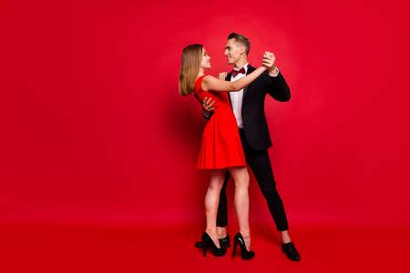Portrait de pleine longueur de la taille du corps de deux jolis jolis jolis couples attrayants