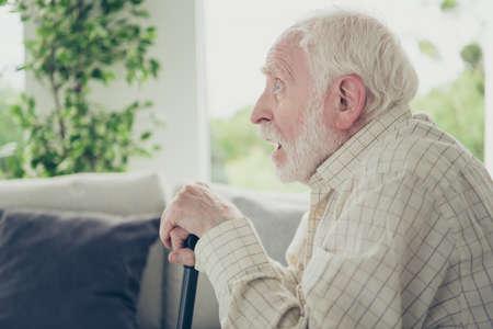 portret van grijsharige oude man Stockfoto