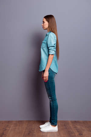Vertical photo of cute thin young she her girl woman standing 版權商用圖片 - 117124414