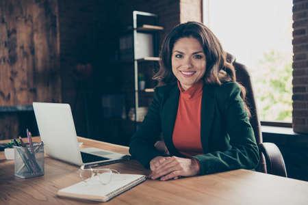 Donna d'affari che sorride alla telecamera