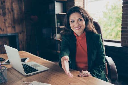 La femme d'affaires donne la poignée de main