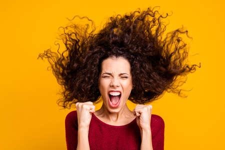 Foto de cerca, increíble, hermosa, ella, ella, cabello, vuelo, puños, grito, fuerte, funky, equipo de fútbol, gol, puntuación, tan contento, vistiendo, rojo, tejido, suéter, ropa, traje, aislado, amarillo, brillante, fondo Foto de archivo