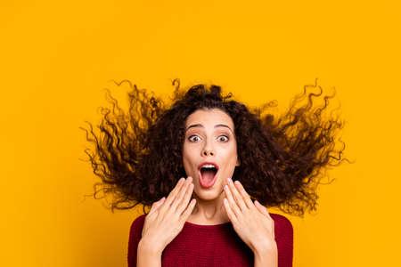 Foto de cerca, increíble, encantadora, ella, ella, cabello, vuelo, gritando, fuerte, funky, correr, funcionamiento, viernes negro, compras, llevando, rojo, tejido, suéter, ropa, traje, aislado, amarillo, brillante, plano de fondo Foto de archivo