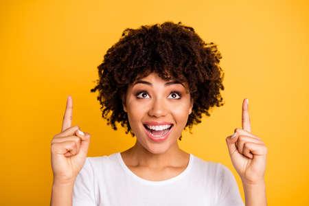 Close-up portret van haar ze leuk mooi schattig aantrekkelijk vrolijk golvend meisje met twee vingers omhoog geïsoleerd op heldere levendige glans gele achtergrond
