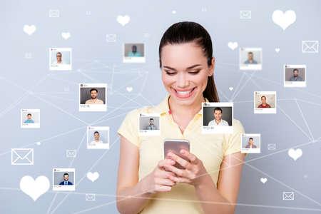 Close-up foto website kreeg nieuws ze haar dame telefoon delen repost zoals hart brieven kiezen kiezen keuze illustratie foto's jongens dating site futuristisch creatief ontwerp geïsoleerd grijze achtergrond