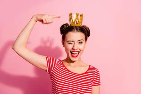 Retrato de primer plano de ella ella bonita linda atractiva encantadora encantadora hermosa alegre alegre alegre chica coqueta con camiseta a rayas que muestra una diadema de oro fresca aislada sobre fondo rosa pastel