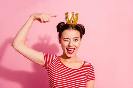 Ritratto ravvicinato di lei bella carina attraente adorabile affascinante splendida allegra allegra felice flirty ragazza che indossa una t-shirt a righe che mostra un diadema d'oro fresco isolato su sfondo rosa pastello