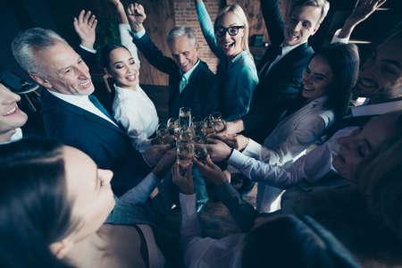 Close-up top boven hoge hoek foto zakenmensen verschillende leeftijd ras zij haar hij hem zijn opgewonden verbaasd bedrijf handen armen opgewekt gouden wijn vriendschap vrienden formele kleding jassen shirts Stockfoto