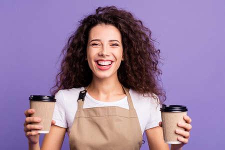 Nahaufnahme Foto schön erstaunlich sie sie Dame Kellnerin Cafeteria Händchen halten Arme Pappbecher heißes frisches Getränk Besuchen Sie unser Café Tragen Sie lässiges weißes T-Shirt Schürze Outfit isoliert violett lila Hintergrund
