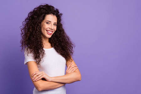 Close up photo beautiful her she lady self-confidently look arms crossed clever freelancer worker work job professional wear casual white t-shirt clothes outfit isolated violet purple background Imagens