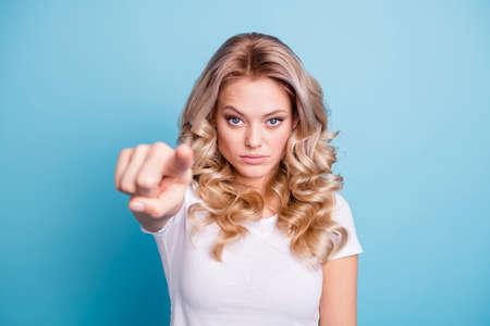 Cerrar foto hermosa ella ella dama mano brazo dedo índice punto restricción parada parada allí no se mueva advertir atención desgaste casual camiseta blanca ropa atuendo aislado azul brillante fondo Foto de archivo