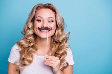 Retrato de primer plano de ella, ella bonita, encantadora, dulce, atractiva como una niña, alegre, alegre, alegre, ondulado, dama, con, palo, bigote, aislado, encima, azul, pastel Foto de archivo