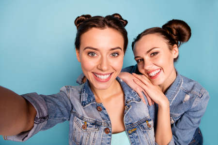 Close up photo of cute fellows isolated students spending free time weekends touching shoulder holidays making unforgettable photos wearing spring denim clothes on blue background Stok Fotoğraf