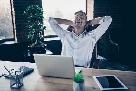 Nahaufnahme Foto gut aussehend er ihm sein Macho Kerl hat freie Minute Hände Arme hinter dem Kopf Nickerchen ruhen schlafen überglücklich Notebook Tisch sitzen Bürostuhl tragen Spezifikationen formelle Kleidung weißes Hemd
