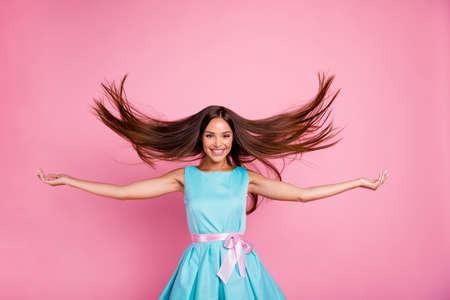 Retrato de ella ella atractiva dulce adorable dulce impresionante alegre dama de pelo lacio divirtiéndose soplando cabello aislado sobre fondo rosa pastel Foto de archivo