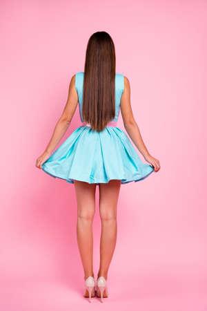 Vertikale Körpergröße in voller Länge hinten zurück hinter dem Ansichtsporträt von ihr hübsch aussehender attraktiver atemberaubender schicker, wunderschöner glatthaariger Dame einzeln auf rosafarbenem Pastellhintergrund Standard-Bild