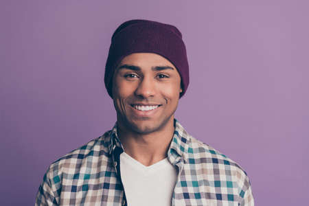 man wearing casual clothes  isolated purple background 免版税图像