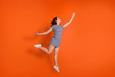 Cerrar foto mujer usar ropa casual fondo aislado