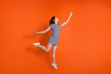 Nahaufnahme Foto Frau trägt Freizeitkleidung isolierten Hintergrund