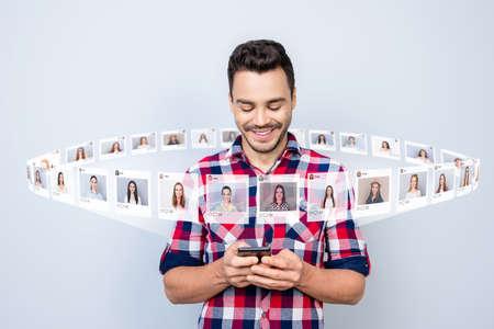 Gros plan photo heureux mec tenir téléphone ayant chat organiser blind date internet choisir choix illustration photos filles site de rencontres design créatif futuriste isolé fond gris