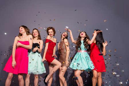 Portret van vrolijke dames geïsoleerde achtergrond
