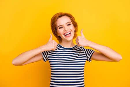 Cerrar foto hermosa increíble ella su dama fácil de llevar pulgar hacia arriba asombrado contento aconsejar nuevo producto vistiendo ropa casual de rayas blanco azul traje de camiseta aislado amarillo brillante fondo vibrante