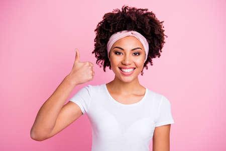 Gros plan photo belle incroyable elle sa dame à la peau foncée a levé le pouce bras main conseillant acheter acheteur nouveau produit testé porter foulard décontracté t-shirt blanc isolé rose lumineux fond vibrant