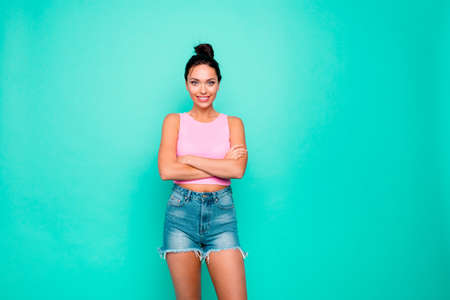 Portrait of lovely graceful attractive charming gorgeous fascinating wonderful she her lady holding arms crossed wearing modern clothes isolated pastel background 스톡 콘텐츠