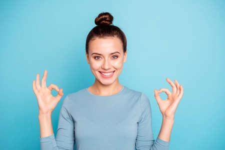 Portret van inhoud toothy schattige dame jeugd voel blij advertentie selecteer adviseren beslissen kies advertentie informatie korting gekleed blauwe kleding geïsoleerd op lichte achtergrond Stockfoto