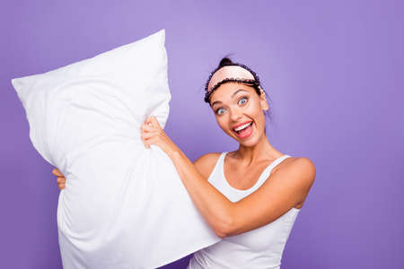 Close up photo beautiful she her lady hold arms hands pillow going beat opponent play satisfied refreshed full energy wear sleeping mask white tank-top pajamas isolated violet purple background Banco de Imagens